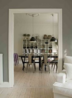 Country House Style Dining Room With Lamps à La Industrial Design