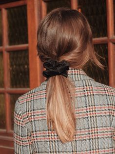 Chouchou velours côtelé noir - Ebène – Scrunchie is back Trendy Hairstyles, Scrunchy Hairstyles, Korean Hairstyles, Professional Hairstyles, Mode Inspiration, Fall Hair, Hair Day, Scrunchies, Hair Inspo