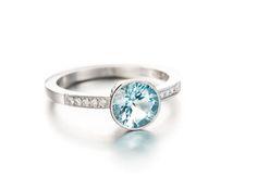 Upea akvamariinisormus, jossa on timantteja yhteensä 0,07 ct. Valkokultaa.