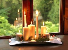 Sei in cerca di idee per le decorazioni di Natale? Guarda il nostro set di candele creato con il vassoio Folia Luna, rametti di abete e bacche rosse. Un'idea semplice che crea subito atmosfera! Scopri il vassoio sul nostro sito. #Bamagroup #vassoioKristal #natale #candele #centrotavola #addobbi