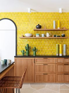 Cozinha Amarela: 60 Ideias De Decoração, Fotos E Projetos Yellow kitchen wall tiles. Yellow Kitchen Designs, Yellow Kitchen Walls, Accent Wall In Kitchen, Kitchen Wall Tiles, Kitchen Colors, Kitchen Backsplash, Yellow Walls, Yellow Kitchens, Yellow Kitchen Tile Ideas