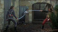 Keith Carradine cumple hoy 64 años. (Luchando contra Harvey Keitel en «Los duelistas», de Ridley Scott, 1977) TENIENTE FERAUD: Conocí a un hombre que fue apuñalado por una mujer, le dio la sorpresa de su vida. PROSTITUTA: Yo conocí la historia de una mujer que fue apaleada hasta matarla. No creo que fuera una sorpresa para ella. http://www.veniracuento.com/