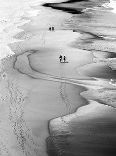 Anime in bianco e nero sulla spiaggia