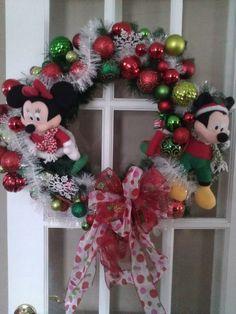 Mickey and Minnie Wreath Ornament Wreath, Ornaments, Christmas Wreaths, Balloons, Holidays, Holiday Decor, Diy, Beautiful, Home Decor