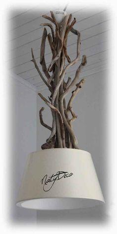 Lustre en bois flotté Lustre en bois flotté couleur de l'abat jour écruDimension de l'abat jour : : Diamètre 40 cm Hauteur du lustre total : 95 cm de haut Réf : 00063 Sur commande suivant la disponibilité ...