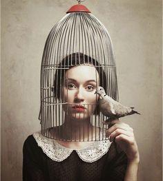 A pior prisão é aquela que prende sua mente que condena a prisão perpétua toda a vida.   Angelica Maria Borges
