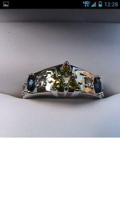 @Sylvie Walerysiak Lestrade.... I knew that I had seen a Zelda wedding.. but a zelda ring??? Too much i think :)