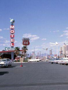 Vintage Las Vegas - June 1964 of Satellite Motel on left. 80s Aesthetic, Aesthetic Vintage, Aesthetic Photo, Aesthetic Pictures, Vintage Signs, Vintage Photos, Retro Vintage, Photo Wall Collage, Picture Wall
