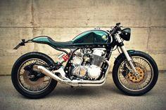 Monocoque! Honda CB 750 SS #CafeRacer by FMW Motorcycles. Una #Honda tremenda que cuenta con un monocasco abatible formado por depósito, asiento y colín | caferacerpasion.com