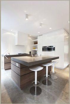 Keuken met ingebouwde hoge kasten en nis
