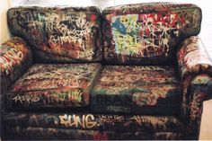 Graffiti-Punk-Couch Source by ninatekk Graffiti Furniture, Funky Furniture, Design Furniture, Furniture Decor, Painted Furniture, Grunge Decor, Punk Decor, Grunge Room, Punk Bedroom