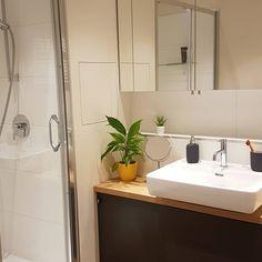 Wir kümmern uns gerne auch um Ihren Innenausbau. Dieses Interieur Design von @einzigartig_architektur wurde nach den individuellen Wünschen unseres Kunden umgesetzt. Gefällt es Ihnen? 😊  #einzigArtig #einzigArtigArchitektur #innenausbau #innenarchitektur #interieurdesign #design #modernearchitektur #bad #dusche #waschbecken #style Double Vanity, Sink, Bathroom, Design, Home Decor, Modern Architecture, Vanity Basin, Unique, Interior Designing