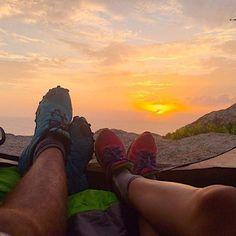 Em um ponto perfeito na Praia da Guarda do Embaú armamos acampamento. Com a vista de todos os pontos da praia, podemos acordar e ser contemplados com esse nascer do sol belo e revigorante.  Recomendamos! ✌ #aventure #aventuras #trilhando #nascerdosol #sunrise #belezasnaturais #belezasdobrasil #praiasdobrasil #praiasdosul #vsco #vscobrasil #iphone6s #sony #gopro #profissaoaventura #ecoturismo #couple #casalviajante #casal #sc #acampamento #camping #lifestyle #guardadoembau #paradise…