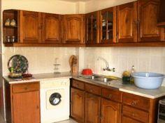 Apartamento bem localizado à entrada da cidade, com boas áreas. Conta com 3 quartos com roupeiros e soalho em parquet, dois wc´s, sala, cozinha equipada, despensa e 4 varandas (uma marquisad...