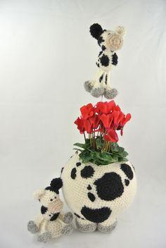 Pot op Poten Koe.   In de pot kan een glazen groente-pot geplaatst worden waarin bloempjes of een plantje passen. Of gewoon een decoratieve manier om iets in te bewaren. Februari 2016 verkrijgbaar. Haakpret Crochet Home Decor, Flower Pots, Flowers, Crochet Projects, Tatting, Needlework, Hanger, Crochet Necklace, Babies