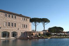 Saturnia, in Toscana. Sorgente Termale in cui l'acqua da 3.000 anni sgorga a 37°C, parco piscine termali, resort di lusso, SPA, Ristorante Stellato, Campo da Golf a 18 buche.