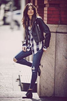 Jeans rasgado + camisa xadrez + jaqueta de couro preta + bota cano curto preta estilo chelsea boots