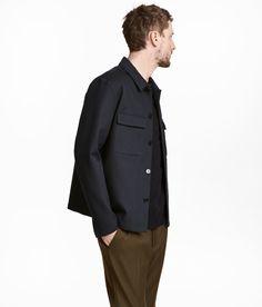Sieh's dir an! Hemdjacke aus weicher Viskose-/Baumwollmischung mit geradem Schnitt und leicht kastiger Passform. Die Jacke hat einen schmalen Kragen und Knöpfe vorn. Brusttaschen mit Patte und eine Mittelnaht im Rücken. Lange Ärmel mit geknöpftem Schlitz am Abschluss. Eingefasste Innennähte aus Rips. Ungefüttert. – Unter hm.com gibt's noch viel mehr.