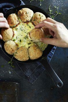 Tässäpä oiva suolainen herkku illanistujaisiin mökeille ja terasseille! Valmista rouheat pannusämpylät ja yrttinen juustodippi suoraan...