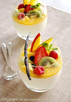 panna vanilla panna cotta with mango puree and fresh fruits.vanilla panna cotta with mango puree and fresh fruits. Fancy Desserts, Delicious Desserts, Yummy Food, Dessert Cups, Dessert Recipes, Dessert Shooters, Dessert Table, Easy Panna Cotta Recipe, Mango Puree
