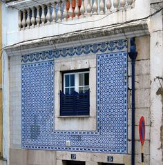 """Early façade lining with azulejos by Fábrica Roseira at Calçada do Cardeal 15 