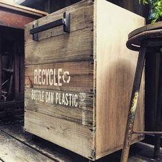 100均で買えるあの液であっという間に古材風に?古材風塗装をマスターして簡単ゴミ箱を作ろう!|LIMIA (リミア) Recycled Bottles, Wooden Crates, Illustrations And Posters, Home Deco, Interior And Exterior, Interior Design, Wood Projects, Outdoor Living, Diy And Crafts