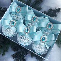 What a beautiful Christmas wreath - Salvabrani Shabby Chic Christmas Ornaments, Christmas Ornaments To Make, Blue Christmas, Christmas Projects, Beautiful Christmas, Christmas Wreaths, Natal Diy, Victorian Christmas, Vintage Christmas