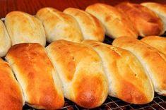 Faites vos propres hot dog facilement ! Avec cette recette, vous pourrez avoir de petits pains moelleux à disposition, il ne manque plus que la saucisse.