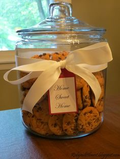 Snacks for guest - One for Cookies and the other for Brownies. Housewarming Gift Baskets, Housewarming Party, Housewarming Decorations, House Gifts, New Home Gifts, Brownies, Up House, Jar Gifts, Food Gifts