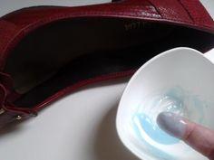Como alargar sapatos em casa. Que mulher não tem um belo par de sapatos que ficou um pouquinho apertado no pé quando comprou, mais foi convencida a levar pela velha história de que o sapato iria lacear, e no final acabou lhe causa...