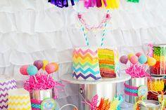 gâteau d'anniversaire arc-en-ciel décoré de motif chevron multicolore