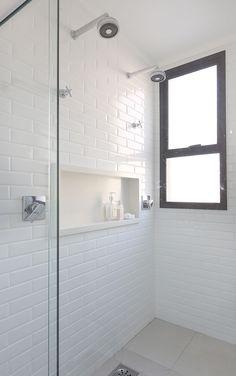 Decoração de apartamento integrado e com crianças. No banheiro, lavabo, branco plantas para decorar, parede de tijolinho branco.
