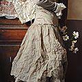 Mlle Floralie : Robe lacet dans le dos en organdi vert forêt ou écru et sa redingote...