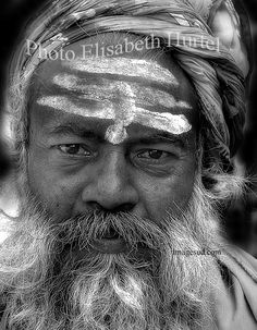 Portrait of a Sadhu, ascetic, wandering monk in India, photo black and white Photo D Art, Indian Man, Elisabeth, Photos Voyages, Human Emotions, Photo Black, Portraits, Images, Black And White