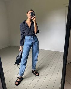 Sorry, Skinny Jeans—This Denim Trend Is Going to Be Huge Loose Jeans Outfit, Mom Jeans Outfit Summer, Loose Fit Jeans, Skinny Jeans, Rolled Up Jeans, Double Denim, Denim Trends, Jeans And Sneakers, Denim Fashion