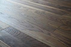 Drewno orzecha amerykańskiego ma zdecydowaną i dynamiczną kolorystykę - to podłoga dla odważnych! Tu: podłoga drewniana Scheucher LHD 182 mm, orzech amerykański, olejowana i szczotkowana