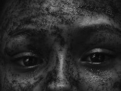 Foi ao perceber sua sombra em uma parede que a vontade de registrar imagens surgiu. Aos poucos, Tina Gomes, moradora da favela Cidade Tiradentes, em São Paulo (SP), começou a se aventurar na fotografia. As sombras se transformaram em monstros e a objetiva da câmera foi sua única forma de pedir socorro. Semi-analfabeta, autodidata, mãe de cinco filhos, esquizofrênica e em um quadro de depressão, a ex-cobradora de ônibus revela em imagens o mundo que transborda em sua mente.