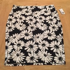 Daisy bodycon skirt NWT Very stretchy bodycon skirt with black and white daisy pattern. Knee length but can be worn high waited to make it shorter Forever 21 Skirts Midi