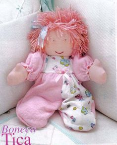 Créditos: Revista Arte com as Mãos Bonecas de Pano n°09 Sock Dolls, Felt Dolls, Doll Toys, Baby Dolls, Doll Clothes Patterns, Doll Patterns, Little Girl Toys, Baby Barn, Christmas Gift Bags