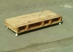 Mesita baja hecha con madera reciclada de palets