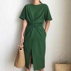 Elegant Twist Tie Waist and Front Slit Short Sleeve Midi Dress. Really versatile… Elegant Twist Tie Waist and Front Slit Short Sleeve Midi Dress. Really versatile in styling as the waist can be tied at the back or front or… Weiterlesen → Women's Dresses, Cotton Dresses, Dress Outfits, Casual Dresses, Tight Dresses, Chiffon Dresses, Wrap Dresses, Elegant Dresses, Vintage Dresses