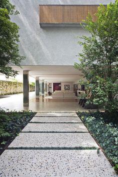 Arquitetura geométrica e um belo jardim marcam projeto de Marcio Kogan - Casa