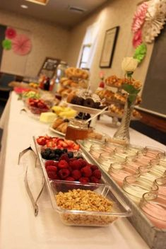 Brunch Bar: Bagel Bar, Waffle Bar, Yogurt Bar, Mimosa Bar - could make a cheesecake bar? Bagel Bar, Brunch Buffet, Breakfast Buffet, Brunch Bar Ideas, Birthday Brunch, Easter Brunch, Birthday Breakfast, Yogurt Bar, Yogurt Parfait Bar