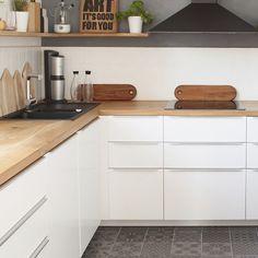 Een houten werkblad kan gemakkelijk op maat worden gemaakt, in iedere gewenste vorm. U kunt het hout gebruiken om de huiselijkheid van de woonkamer op en moderne maar vriendelijke manier terug te laten komen in de keuken. Of de materialen van de keukentafel doorzetten in het keukenblad: www.houtmerk.nl Kitchen Interior, Home And Family, New Homes, Kitchen Cabinets, House, Portugal, Home Decor, Future, Kitchens