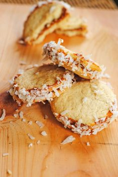 Alfajores - Mexican shortbread cookies filled with dulce de leche caramel; Best Mexican Recipes, Sweet Recipes, Yummy Recipes, Just Desserts, Delicious Desserts, Yummy Food, Baking Recipes, Cookie Recipes, Mexican Cookies