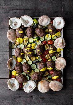 Keftas de bœuf, légumes rôtis & sauce yogourt à la lime