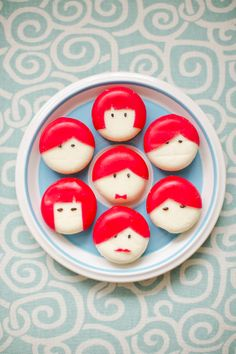 DIY Babybel cheese people // 100 Layer Cakelet - Super easy and I had the black sesame seeds on hand. I even had a Babybel with Yellow wax for a blond version. Cute Food, Good Food, Yummy Food, Healthy Food, Festa Party, Snacks Für Party, Party Favors, Food Humor, Bento Box