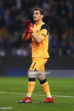 Fotografía de noticias : Iker Casillas of FC Porto applauds during the...