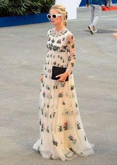 La británica eligió un diseño de inspiración 'hippy chic' con bordados florales.