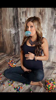 Cute pregnancy reveal!!! Love the bubblegum and plain black shirt.